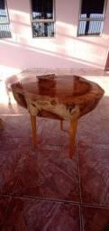 Mesa centro pequena bolação de madeira maciça, verniz auto brilho.
