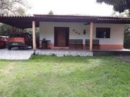 Casa, estilo sítio, com várias árvores frutíferas