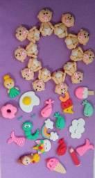 Apliques e lembrancinhas em biscuit