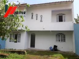 Casa de dois andares com 2 dormitórios para locação no itacorubi com 3 vagas, patio e cani