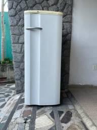 Título do anúncio: Geladeira Electrolux 240 litros