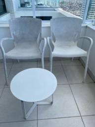 Conjunto de duas cadeiras e mesa de centro