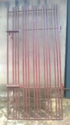 Portão de grade Reforçado com ferros redondo maciço medindo 2,22x108