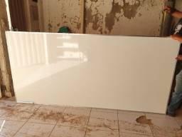 Quadro branco quadriculado com bordas metalicas