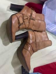 Bota e sandália de salto