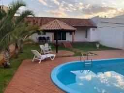 Vendo casa com piscina em céu azul