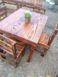 Mesa de pinos cadeiras de paletes madeiras rústica