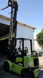 Empilhadeira clark 2.500 kg