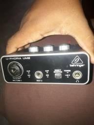 Placa de Áudio Interface Behringer um2
