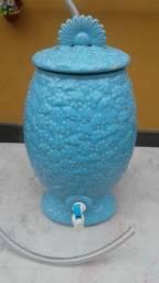 Filtro de àgua em porcelana com relevo de flores. Anos 60. Azul claro.