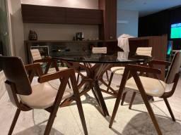Mesa Oval com 5 cadeiras clássicas