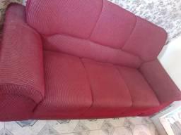 Um sofá de três lugares