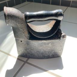 Ferro de passar antigo a carvão