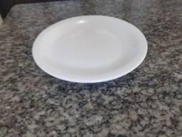 Prato de sobremesa em porcelana branca da marca Germer
