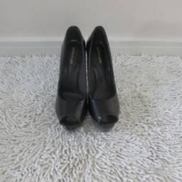 Sapato salto alto, peep toe, verniz preto