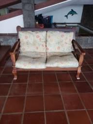 Sofá de 2 lugares de madeira com almofadas