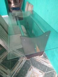 Mesa de vidro com base em madeira