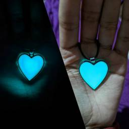 Cordão coração fluorescente, brilha no escuro