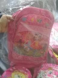 Duas mochilas e 3 bolsas infantis