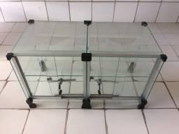 Balcão expositor de vidro com chaves