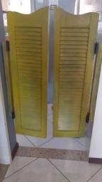Porta Bang Bang (vai e vem) veneziana, de madeira maciça e com dobradiças de metal.