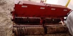 Picador de mandioca, arado 4 discos,plantadeira de capim e ensiladeira para trator