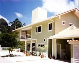 Casa em condomínio fechado com salão em 3 ambientes com lareira, varanda, 4 suítes, hidro,