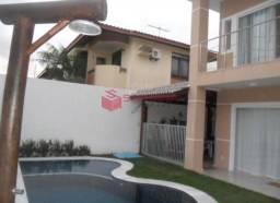 Casa duplex em condomínio fechado no miragem