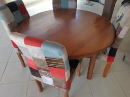Mesa redonda de madeira tratada