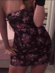 Vestido tubinho preto com flores roxas