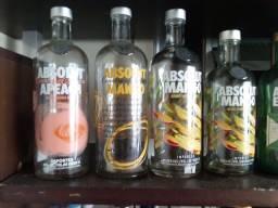 Coleção com 17 Garrafas de Vodka Absolut vazias.