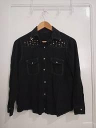Título do anúncio: Blusa/Camiseta preta com detalhes dourados de abotoar. Blusa de manga e gola.