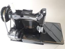 Título do anúncio: Maquina de costura portatil Singer antiga