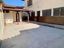 Casa com 2 Quartos e 2 banheiros para Alugar, 120 m² por R$ 2.000/Mês