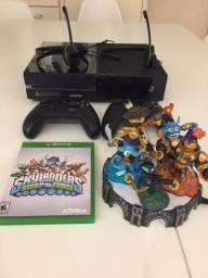 Xbox One, usado, super novo + jogo Skylander com pedestal e 3 bonecos