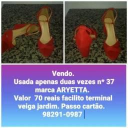 Sandália vermelha n* 37