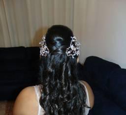Arranjo de cabelo dourado com pedras