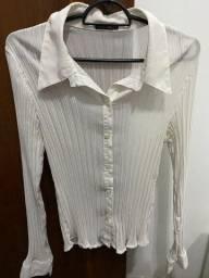 Título do anúncio: Camisa feminina delicada branca, tamanho M, semi-nova, pouco usada - R$ 22,50 no Pix