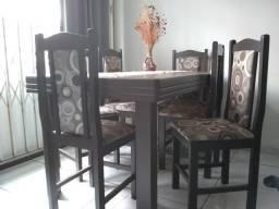 Conjunto de mesa com seis cadeiras de madeira (pouco utilizado)