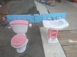 Uma pia e vaso sanitário para criança