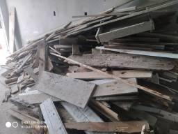 Doa-se madeiras de resto de obra.