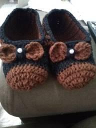 Pantufas e toucas de crochê em lã