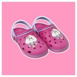 Conjuntos e sandálias infantis