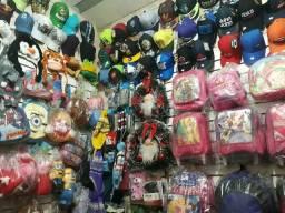 Acessórios, roupas, mochilas, brinquedos e 2 vitrines