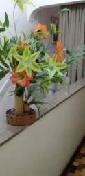 Vaso de banboo com flores usado