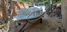 Lancha catamarã bem conservada