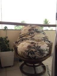 Poltrona giratória de Ratan com almofada em excelente estado.