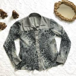 Camisa animal print, crepe de seda com detalhes em cetim