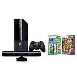 Xbox 360 4GB com Kinect e um controle