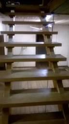 Escadaria de 2 lances em madeira de de pinheiro de araucária